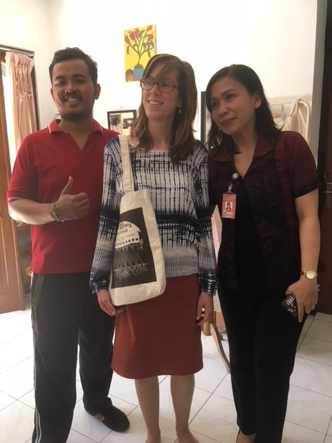 Hannah and the carers from Rumah Berdaya standing together, Hannah wearing the totebag